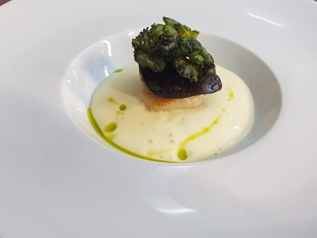 Jakobsmuschel | Bacalaupüree | Auster in Sepiakruste | gebackene Flower Sprouds